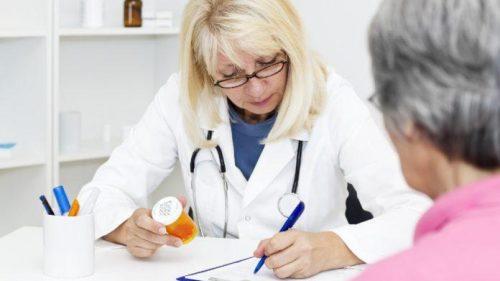 Doktor-vypisyvaet-gormonalnyj-preparat-zhenshhine-696x456